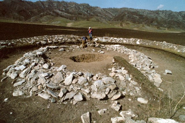 Хакасский курган, которому 5 тысяч лет.