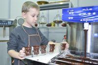 Процесс изготовления фигурок из шоколада.