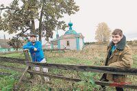 Несколько лет назад на деньги фермера Подморина (слева на фото, справа его сын Дмитрий) в деревне восстановили часовню. А сегодня его хозяйство разорила местная власть. А вместе с ним снова умрёт и возрождённая 15 лет назад деревня.