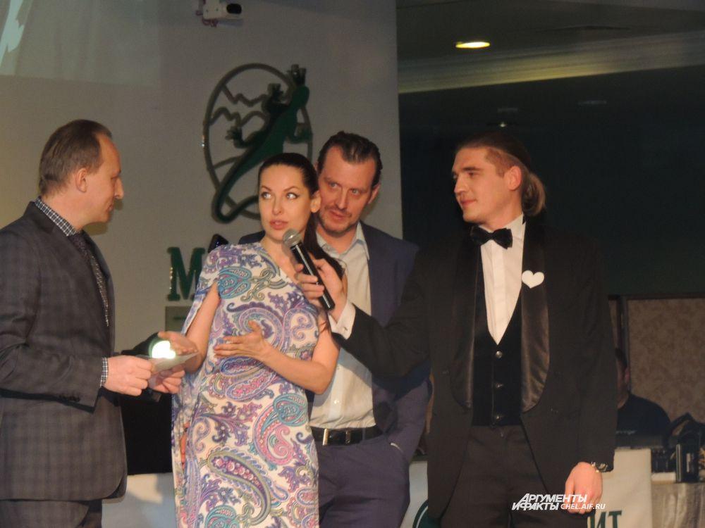 Бизнесмен выиграл аукцион на ужин с капитаном хоккейной команды «Трактор» Дероном Куином и участницей «Камеди баттл» Натальей Красновой.