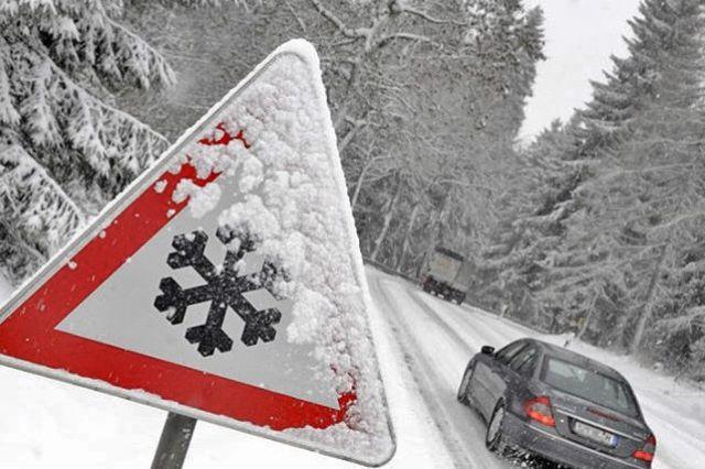 Затруднения для движения создавали не подготовленные к зимнему периоду автомобили.
