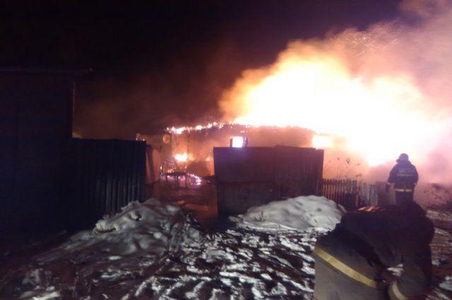 По информации МЧС, открытое горение брёвен наблюдалось внутри вагона.