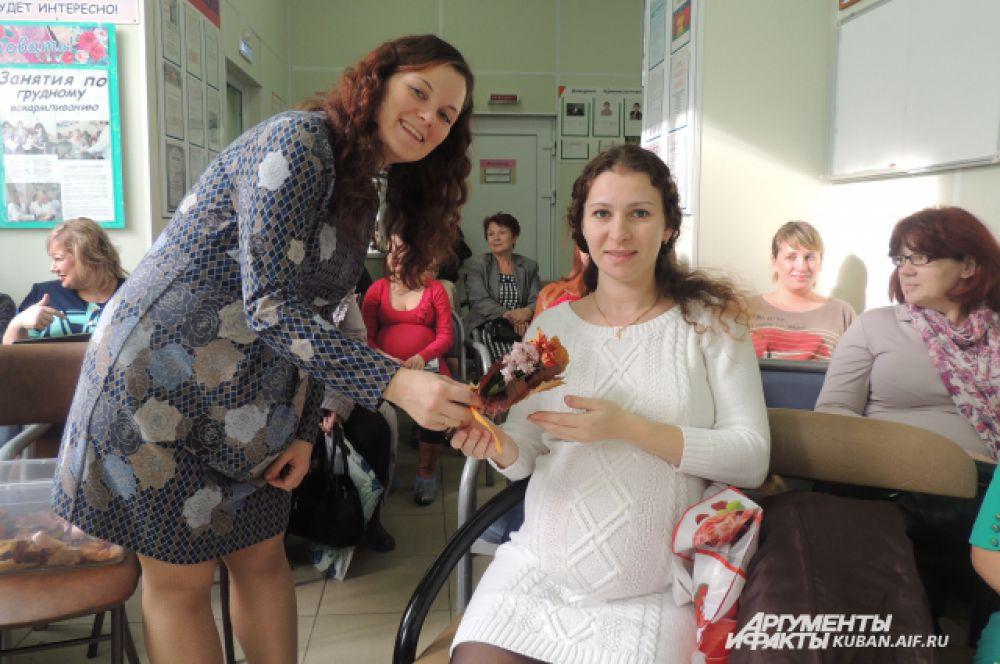Будущие мамочки поздравляли друг друга с праздником.