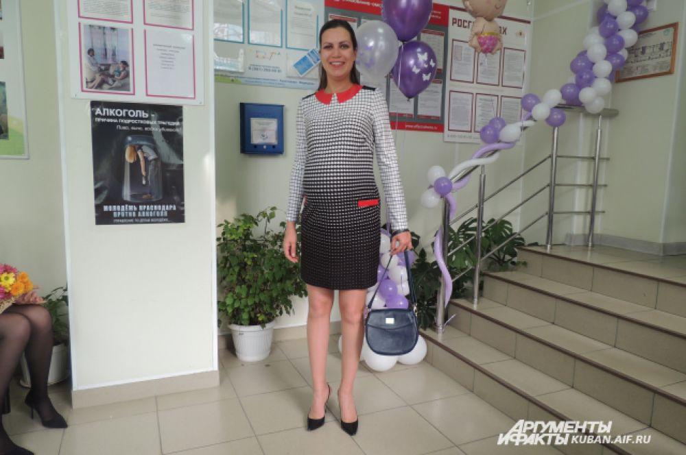 Платье прямого кроя станет удобным для женщин на больших сроках беременности.