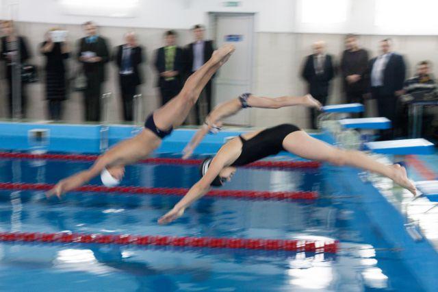 Плаванье укрепило мышцы девочки.