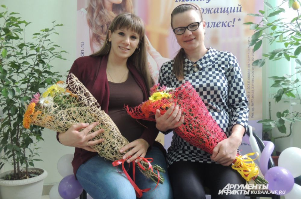 Все участницы праздника получили цветы от сотрудников женской консультации.