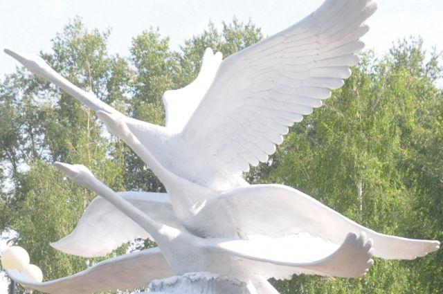 В Омске демонтировали скульптуру лебедей.