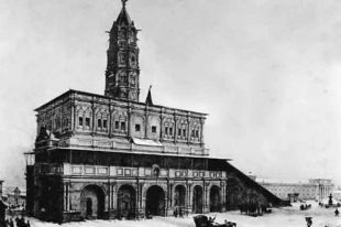 Сухаревская башня в Москве, воздвигнутая в 1692-1695 годах по проекту архитектора М. И. Чоглокова на месте Сретенских ворот в стене Земляного города.