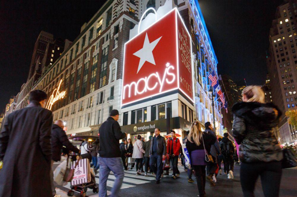Покупатели перед входом в универмаг Macy's на Манхеттене, Нью-Йорк.