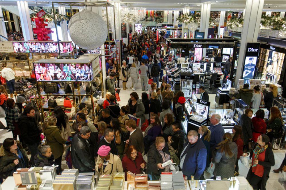 Покупатели внутри магазина.