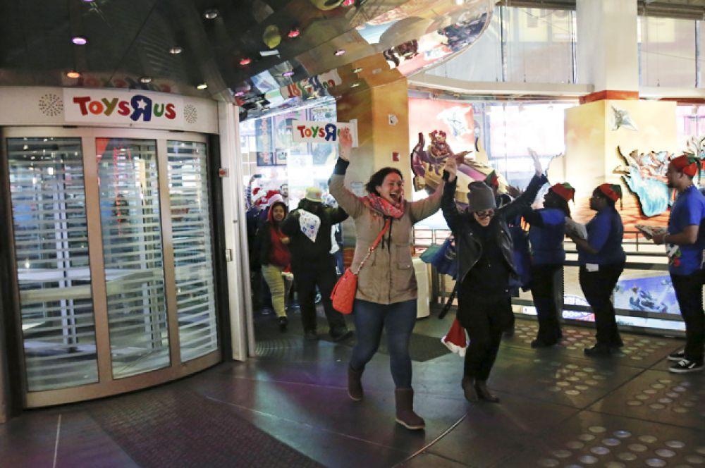 Первые покупатели перед входом в магазин игрушек «Toys «R», Нью-Йорк.