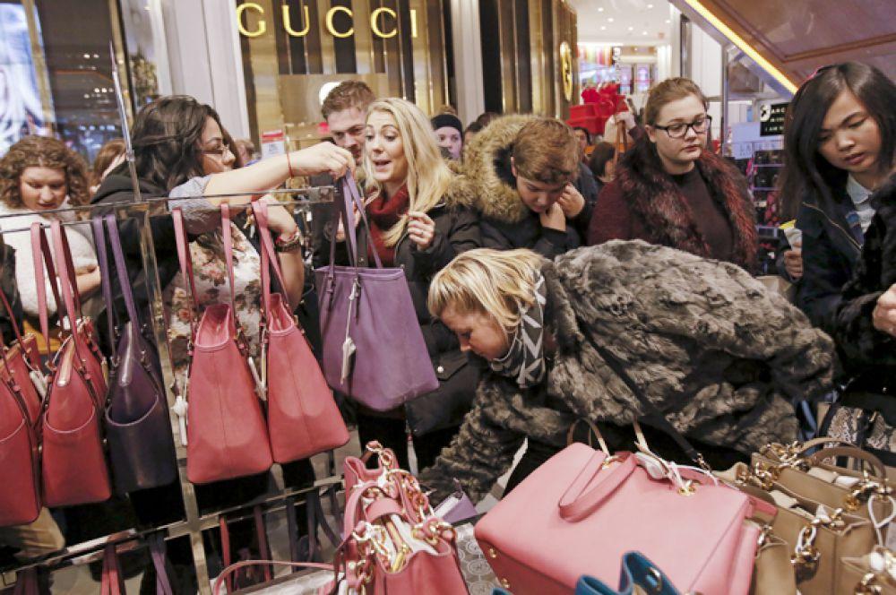 Девушки выбирают сумки в универмаге Macy's, Манхеттен, Нью-Йорк.