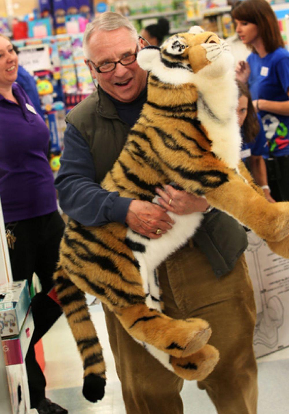 Мужчина и тигр, которого он купил для своей дочери в магазине «Toys «R», Кенвуд, Огайо.