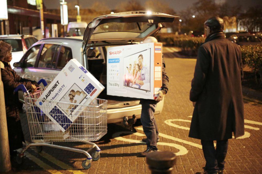 Счастливый обладатель двух новых телевизоров, Лондон, Великобритания.