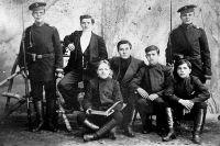 Александр Фролов (крайний слева) с друзьями. 1905 г. Фото: Виктор Фролов