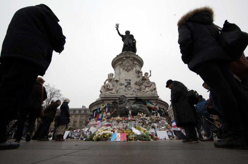 Люди, пришедшие на Площадь Республики почтить память погибших во время терактов.