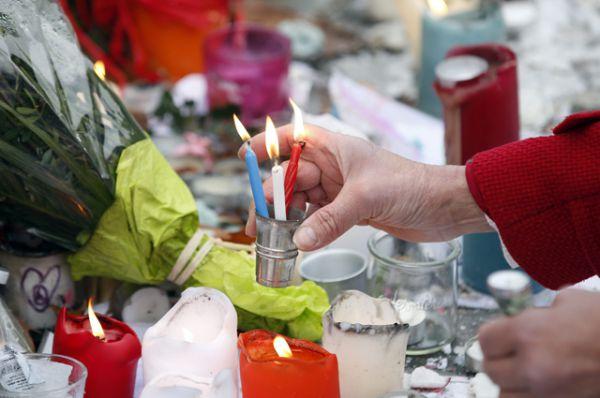 Цветы и свечи на Площади Республики.