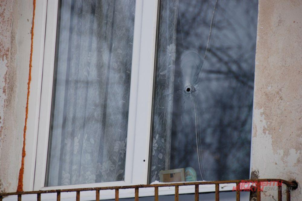 Окно квартиры, куда были произведены выстрелы.