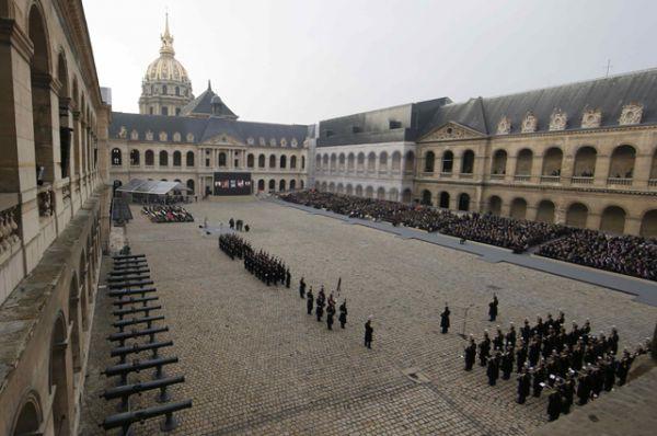 Общий вид церемонии в память о жертвах терактов, которая проходила перед домом Инвалидов в Париже.
