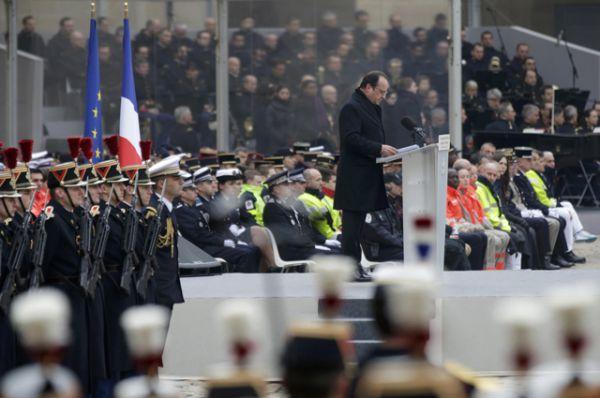 Президент Франции Франсуа Олланд выступил с 20-минутной речью.