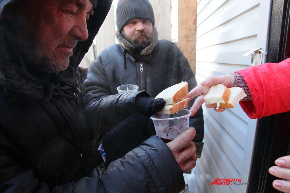 Накормить бездомных и помочь им обрести веру в себя