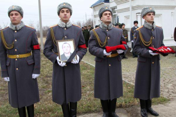 «Он защитник нашего Отечества, несмотря на то, что погиб на территории Сирии. Мы очень скорбим», - говорит житель Ростовской области, прибывший на церемонию прощания.