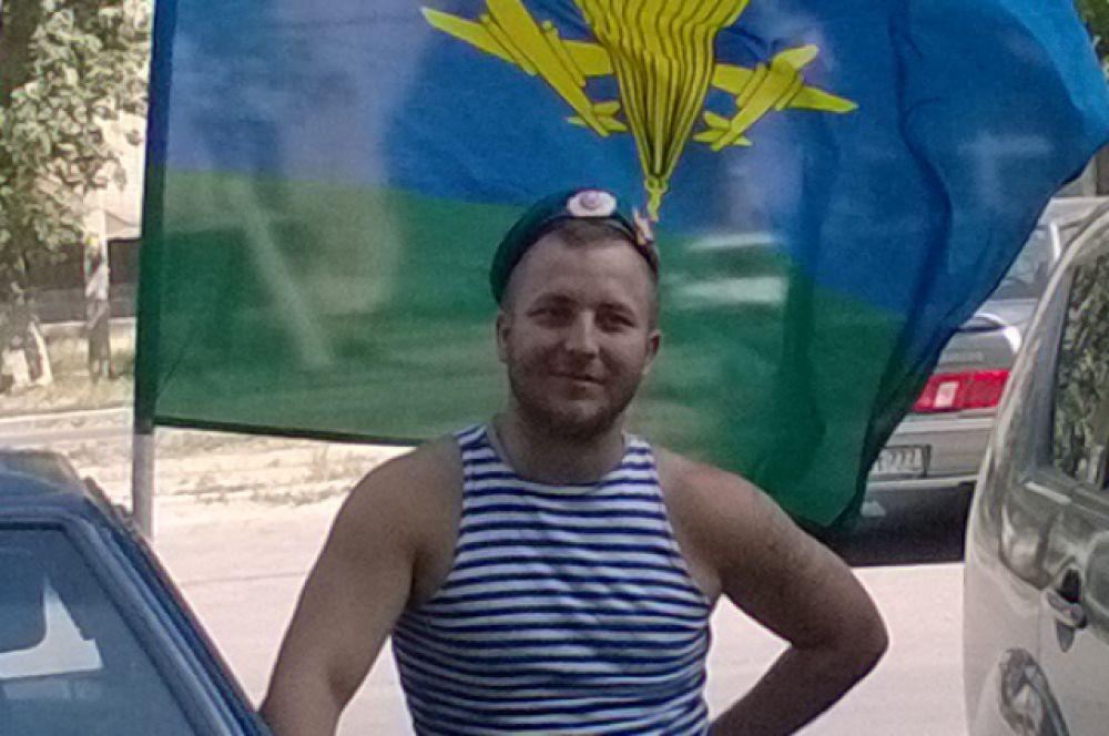 Это последняя фотография Александра Позынича. Сделана она в Новочеркасске 2 августа, когда он отмечал с товарищами День ВДВ.