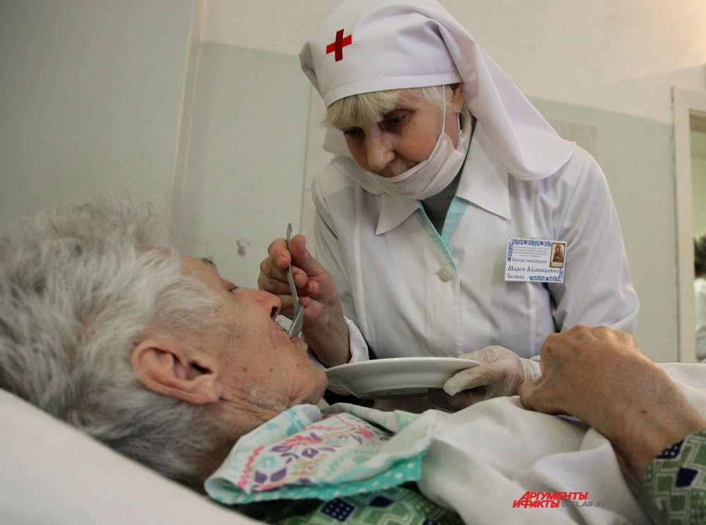 Пожилой пациент просит покормить его из ложечки, настолько он слаб.