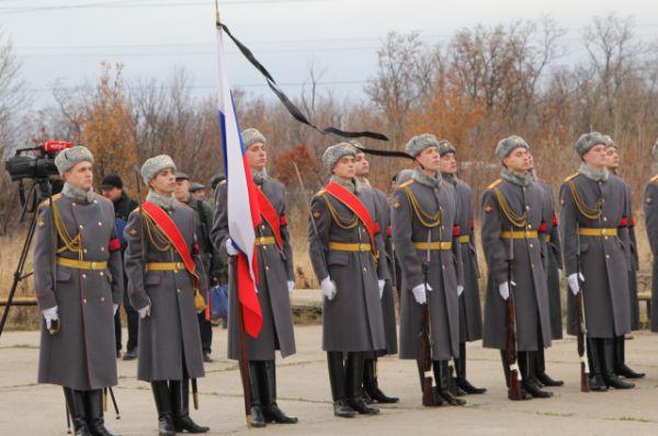 На воинском знамени развевается траурная ленточка.
