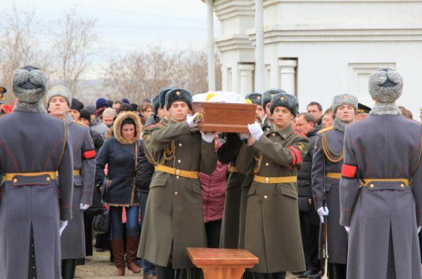 После отпевания тело военнослужащего выносят из часовни.