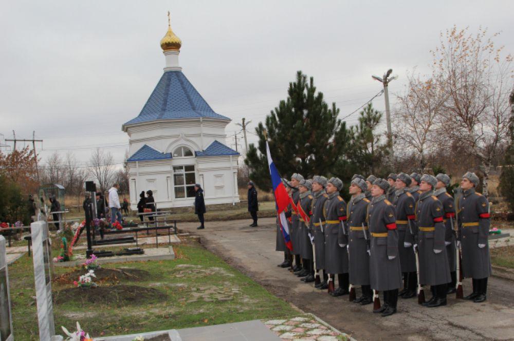 Похоронили Александра на Аллее Славы со всеми воинскими почестями - троекратным залпом из автоматов.