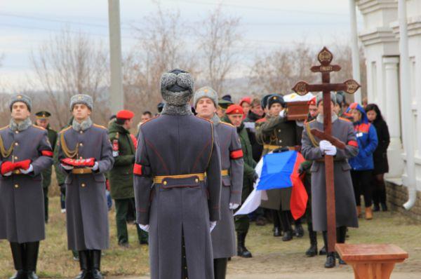 «Мы испытываем чувство глубокой скорби. Все мы любим нашу Родину, и в трудный час каждый из нас пожертвовал бы самым дорогим, что у него есть», — сказала жительница Ростовской области, прибывшая на церемонию прощания.