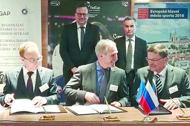 Подписание договора. Слева направо: Сергей Васин, Сергей Морозов, Милан Юлина. Теперь осталось претворить намерения в жизнь.