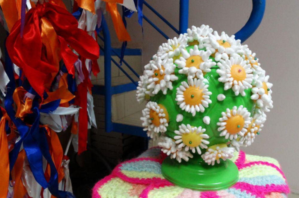 """Эта работа выполнена из ватных палочек и пластиковых шариков от """"киндер-сюрпризов""""."""