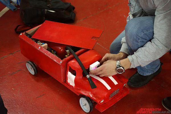 Одна из команд собрала настоящую пожарную машину. Правда, модель меньше оригинала в десятки раз.