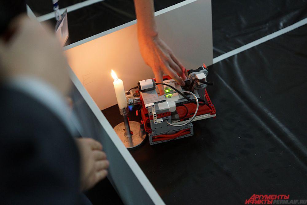 Каждой команде необходимо было найти горящую свечу (обозначающую источник возгорания в доме) и потушить ее в кратчайшие сроки.