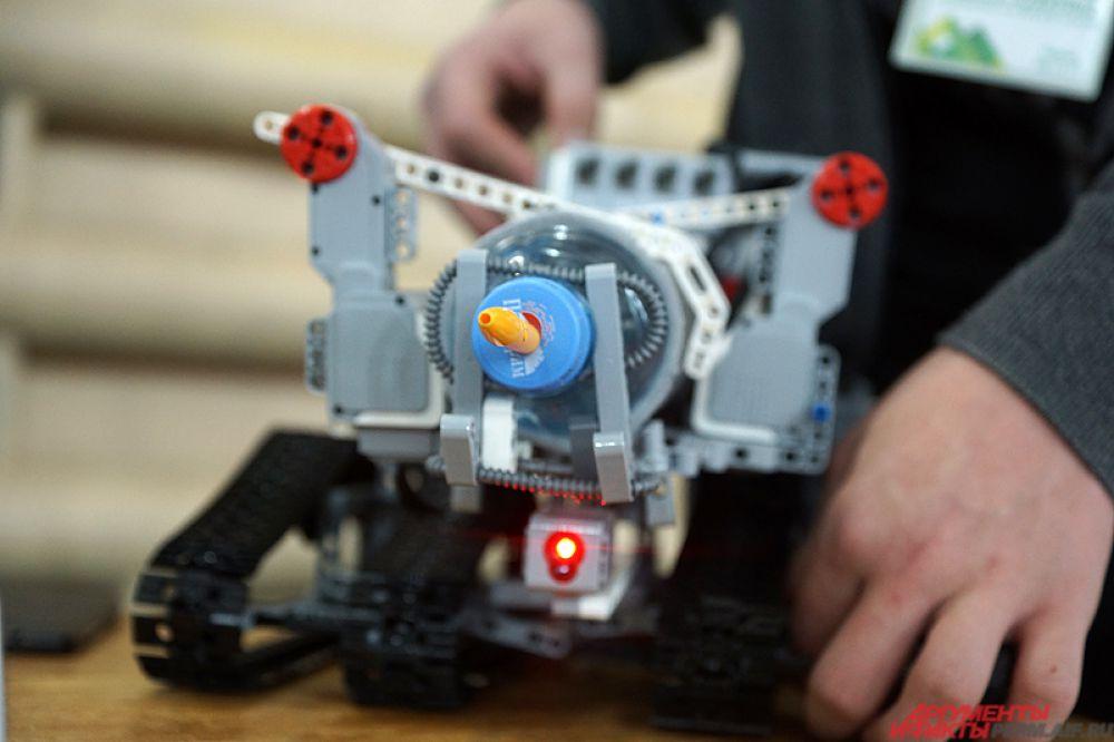У одних на роботе был закреплен разбрызгиватель, у других – вентилятор, у третьих – веер, двигающийся из стороны в сторону.