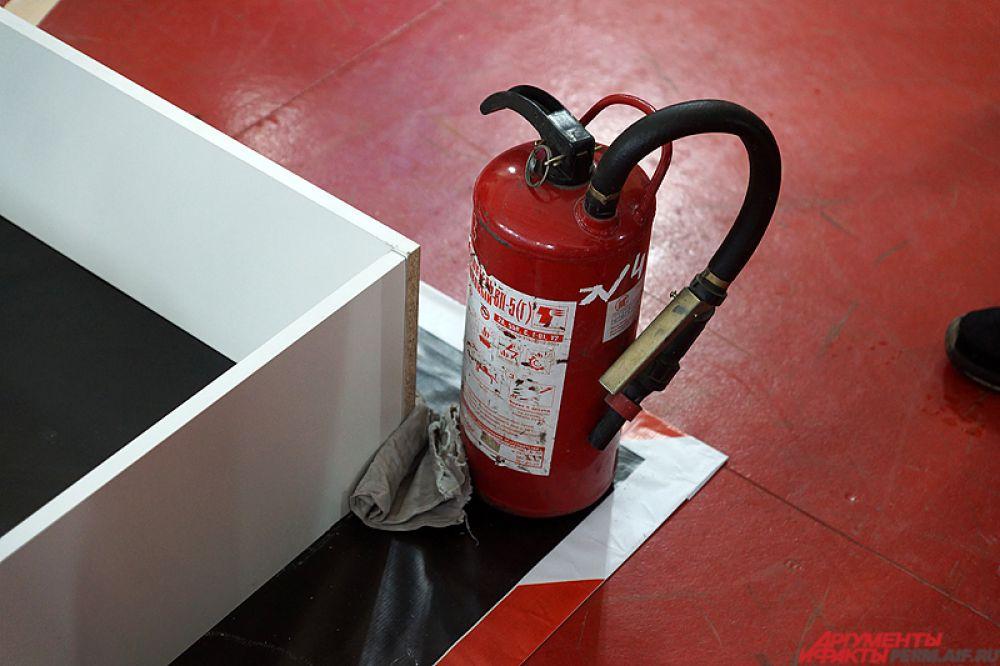 Для безопасности на арене даже находился настоящий огнетушитель.