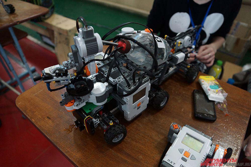 На мероприятии были представлены десятки электрических роботов, которые были собраны пермскими школьниками.