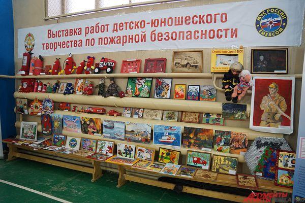 На мероприятии также можно было увидеть выставку детских работ, посвященных спасателям.