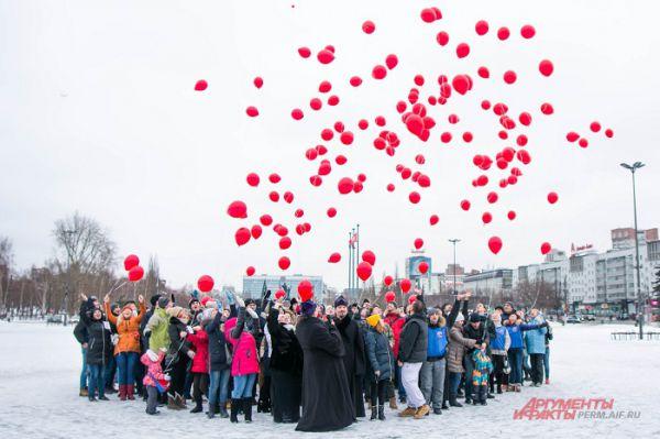 Под конец все участники запустили в небо воздушные шары.