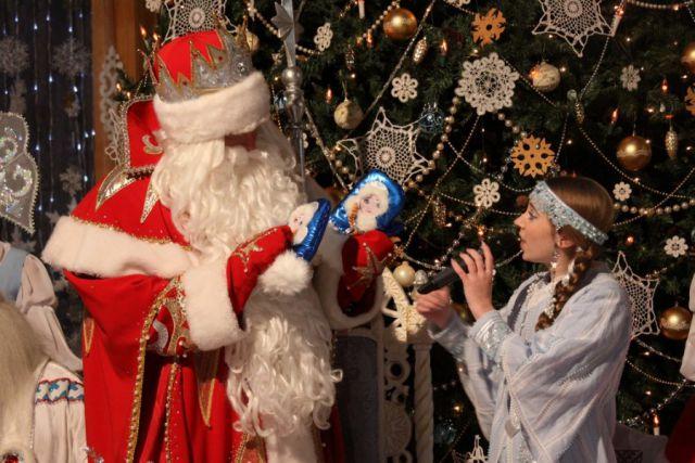 В программе «Новогодний вечер друзей «Вокруг Света» с Дедом Морозом и Снегурочкой.