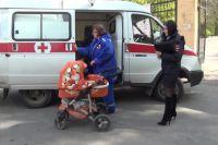 В Омске мать и сын получили травмы из-за упавшего снега с крыши.