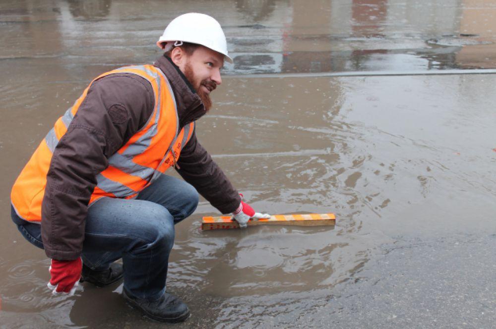 Николай Мельков, главный инженер дорожной инспекции ОНФ выясняет причины многочисленных, причём - глубоких, луж на дорогах.