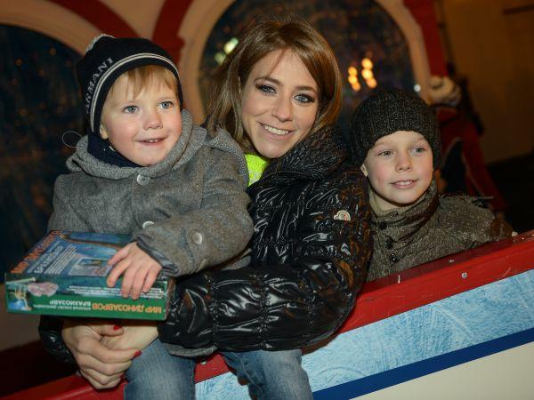 Телеведущая Юлия Барановская с детьми.