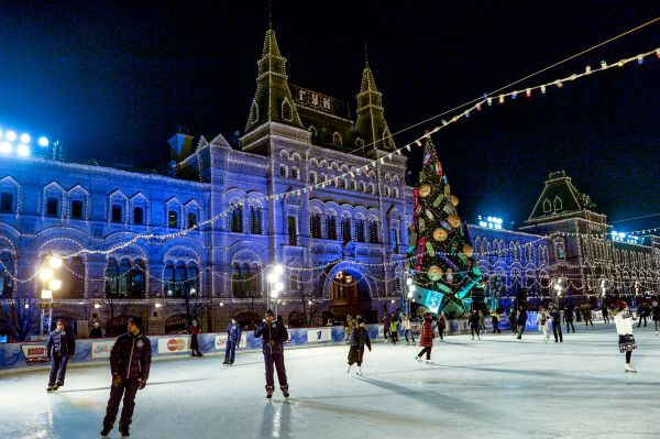 Посетители на открытии ГУМ Катка и ГУМ Ярмарки на Красной площади в Москве.