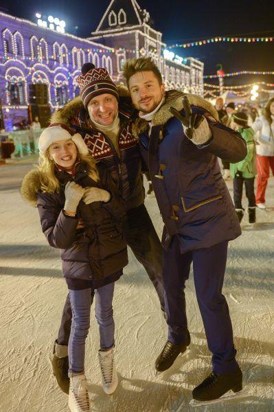 Актер Артем Михалков с дочерью и певец Сергей Лазарев (слева направо) на открытии ГУМ Катка и ГУМ Ярмарки на Красной площади в Москве.