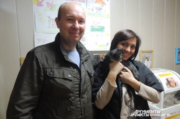 Семейная пара выбрала себе домашнего питомца - трехцветную кошку.