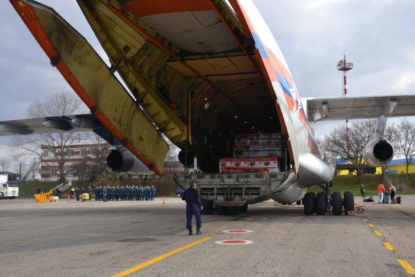 Самолет МЧС РФ ИЛ-76ТД доставил в Крым 300 мобильных электрогенераторов.
