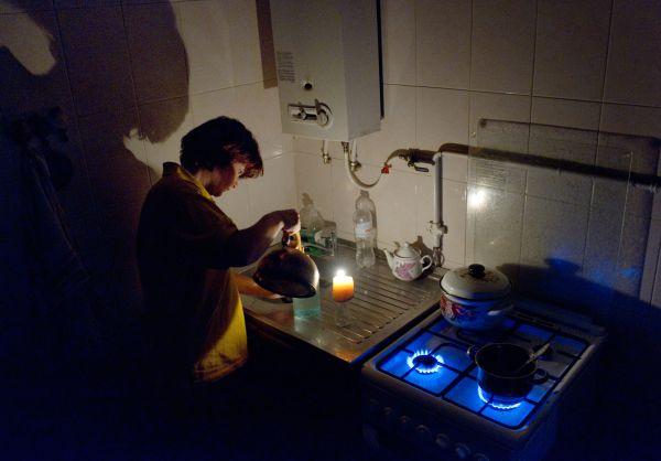 Женщина на кухне в своем доме в Симферополе.